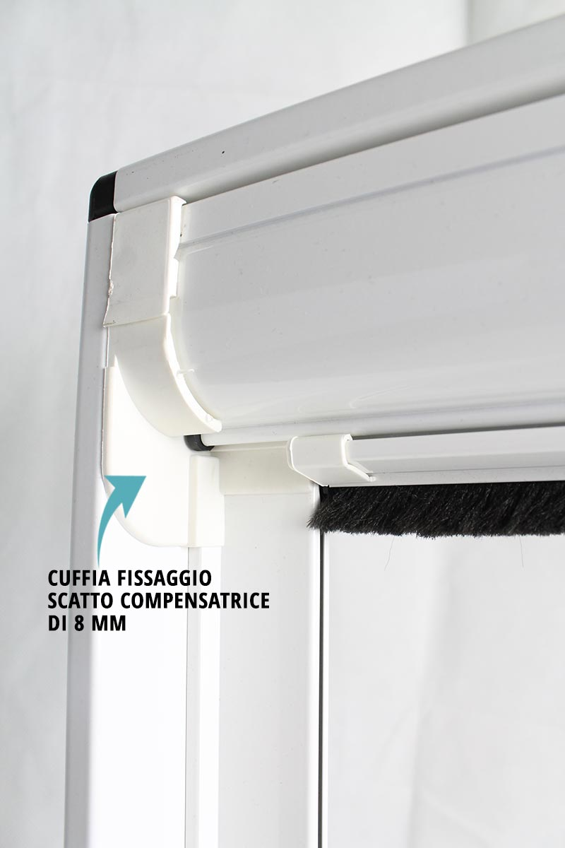 Zanzariera per finestra a scorrimento verticale con cassonetto da 55 mm